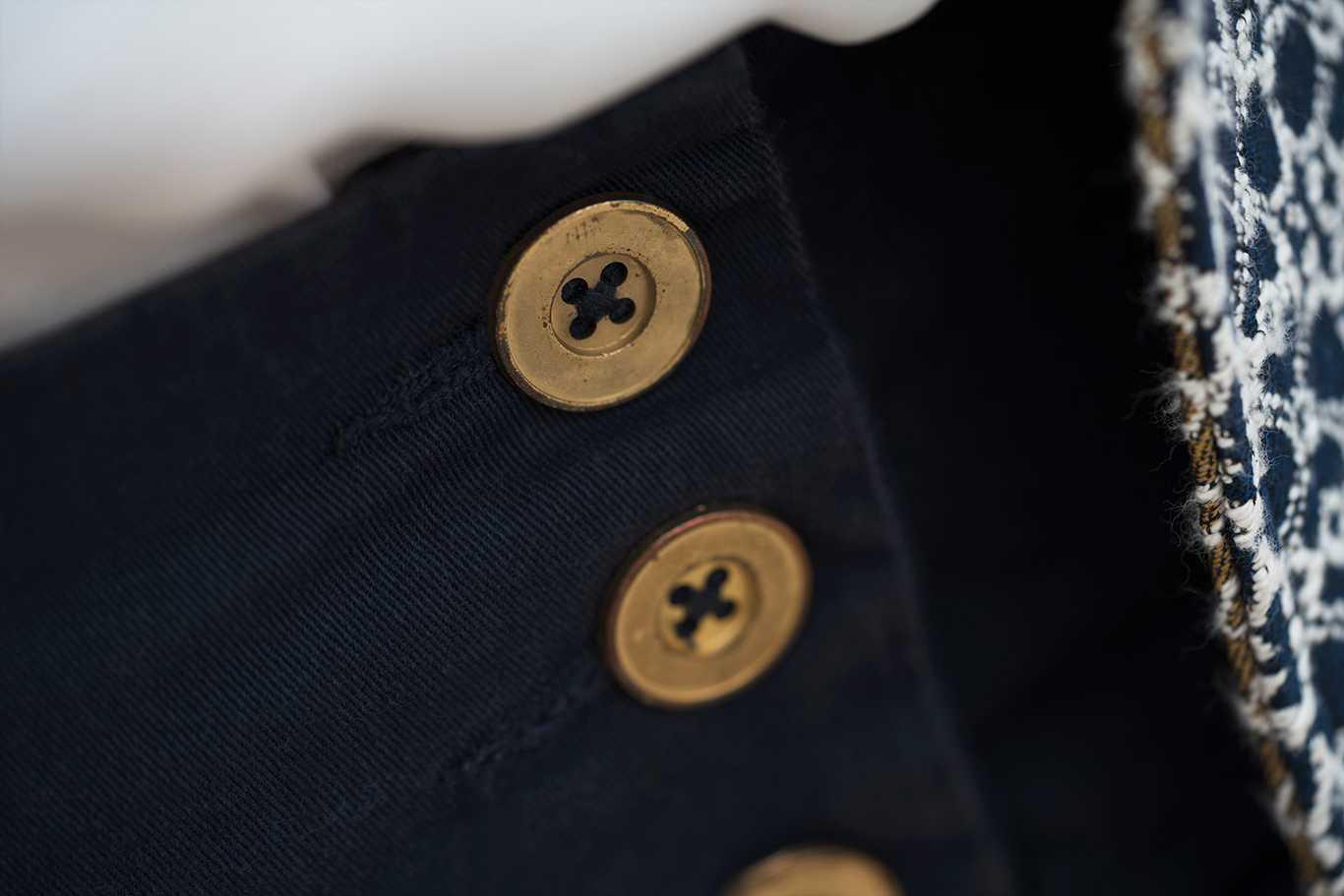 Detalle de botones estilo navy en pantalón de cintura ancha
