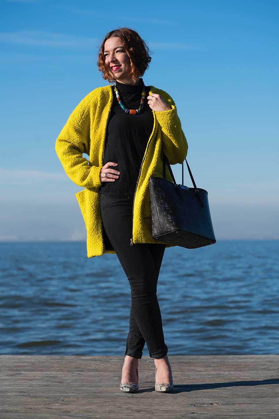Look con abrigo amarillo vitamina