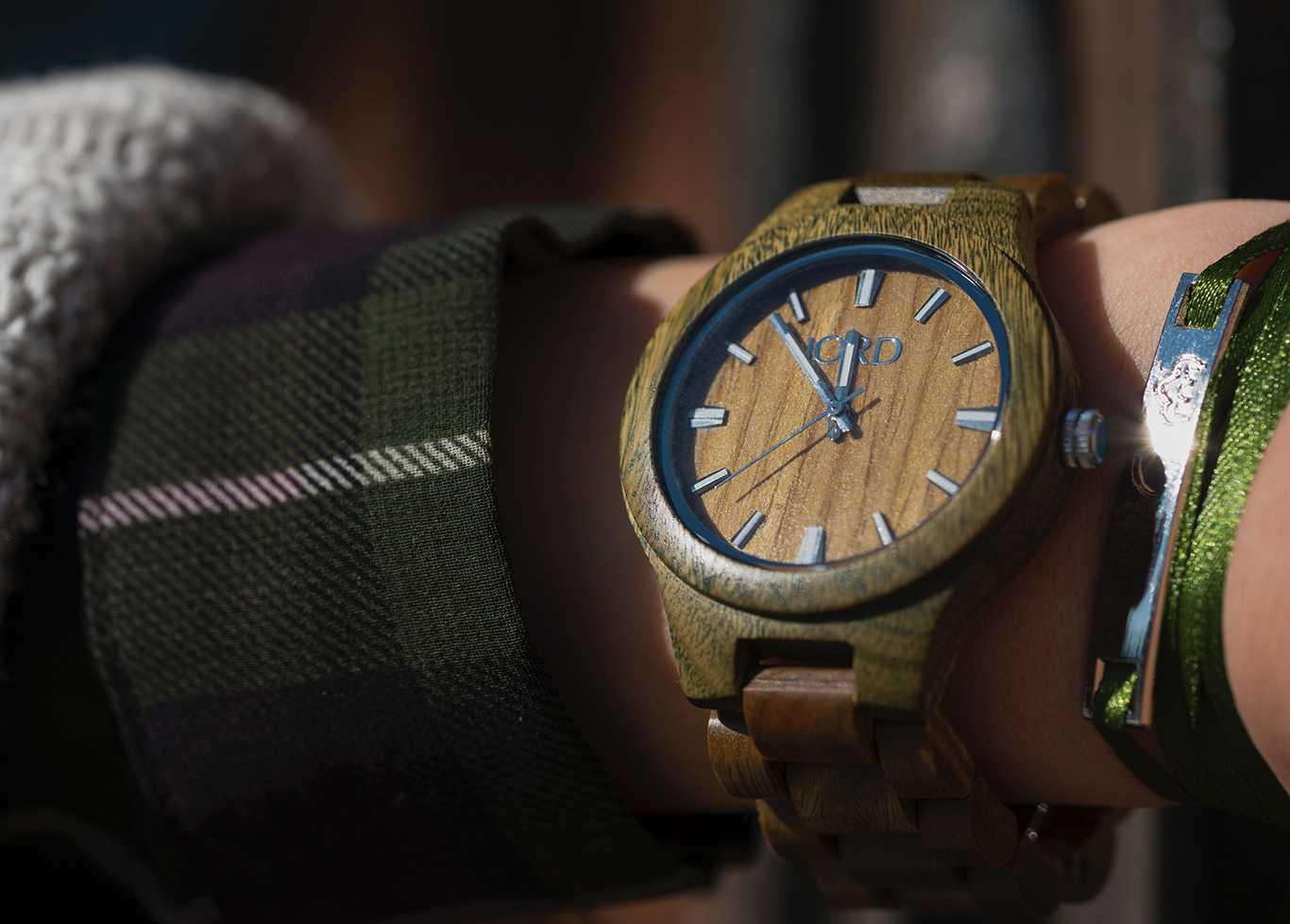 detalle reloj de madera