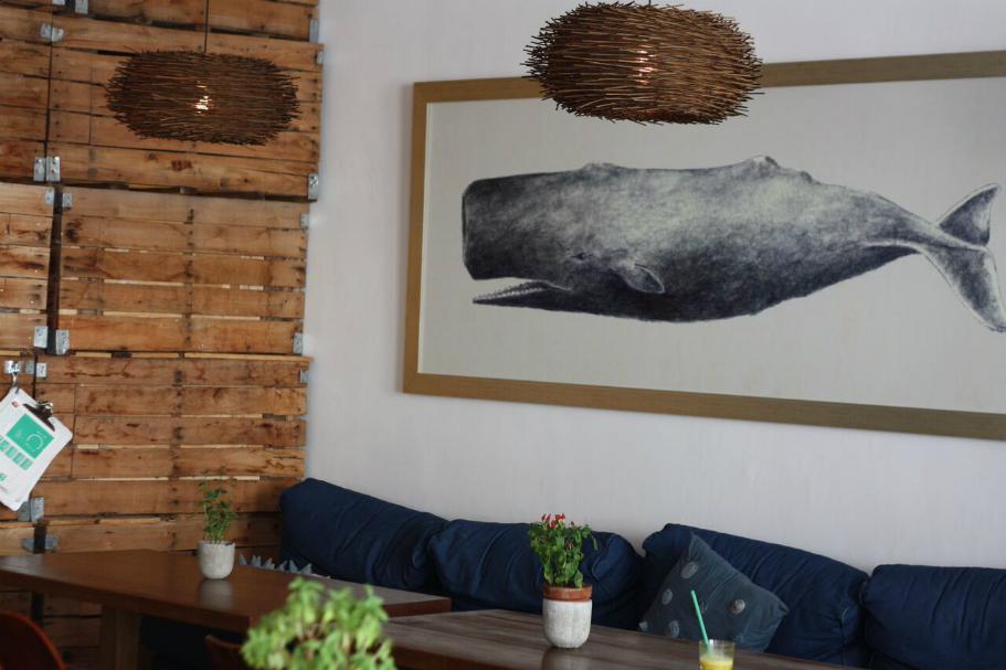 Mesas con sofá y cuadro decorativo