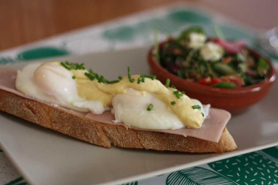 Detalle de tosta con huevos benedic y salsa pseudoholandesa
