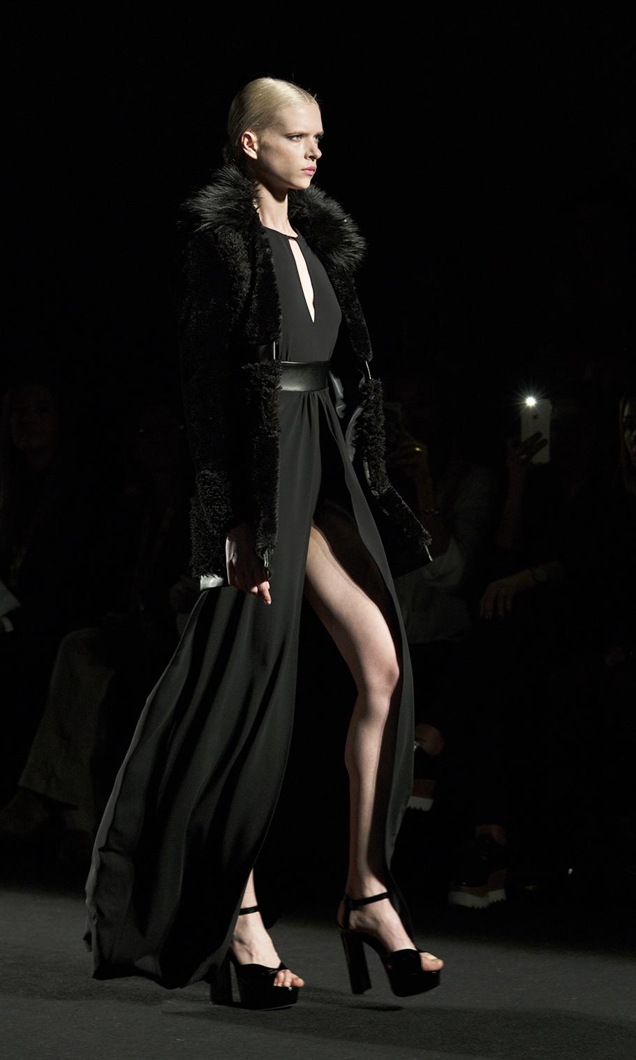 Vestido Negro Pierna al aire