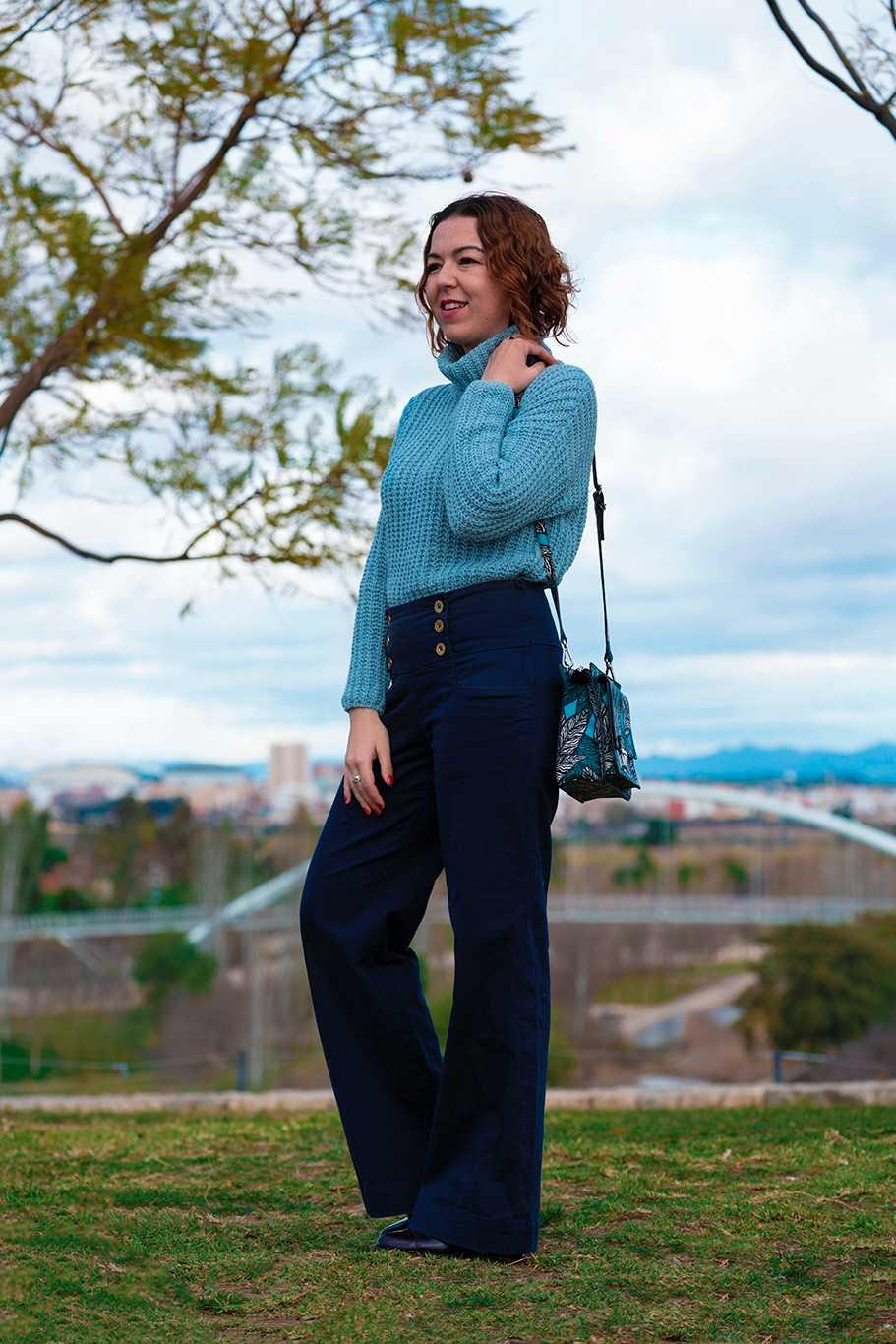 suéter cuello alto azul