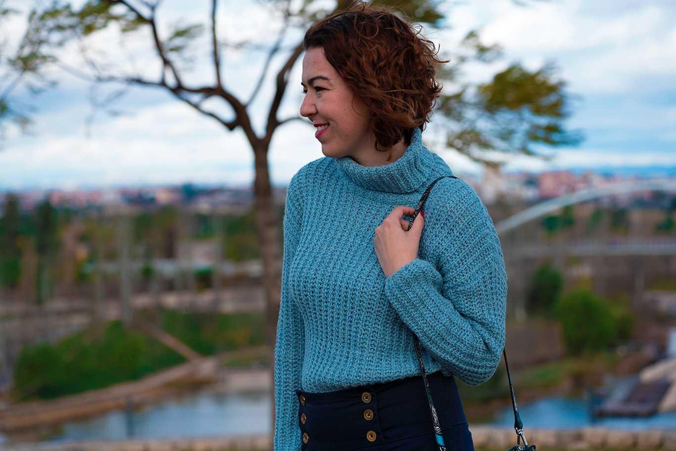 Pantalones Abotonados y suéter de cuello alto