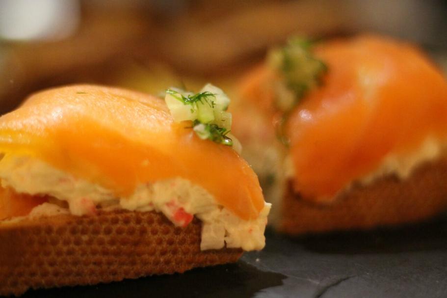 montadito de salmón y ensaladilla