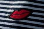 Top navy con parche de labios