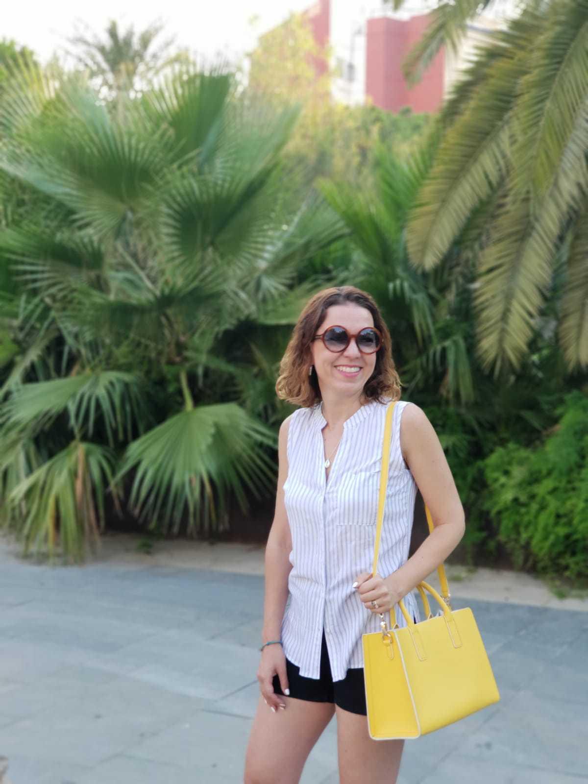 Bolso amarillo camisa sin mangas